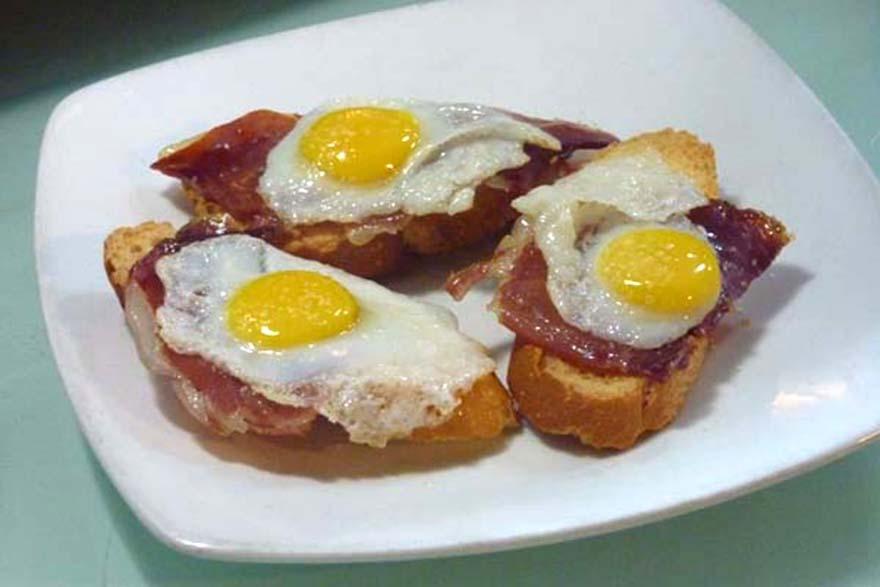 Canapé de jamón y huevos de cordoniz